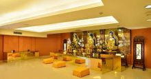 The elegant and classy Praying Hall is the designated place for customers to do their praying and offerings to their ancestors. At the same time, the customers can worship the Three Sages of the West - Amitābha, Avalokiteśvara, and Mahāsthāmaprāpta, as well as the bodhisattva Kṣitigarbha.